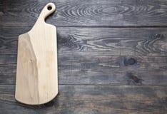 Tnąca deska na drewnianej powierzchni zdjęcia stock