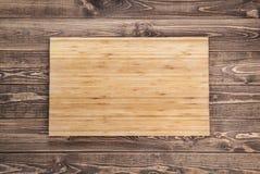 Tnąca deska na drewnianym stole Odgórny widok Zdjęcia Stock