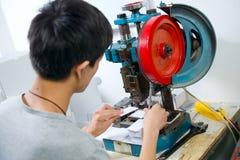 Tnące klingeryt karty w fabryce obraz stock