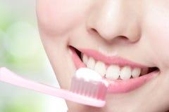 Tänder för leendekvinnaborste Arkivfoto