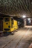 Túnel de la mina subterránea con el equipo minero Imagenes de archivo