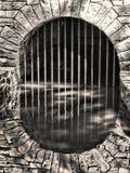 Túnel y reflexión de agua de piedra subterráneo del arco Imagen de archivo libre de regalías