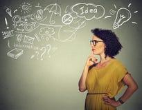 Tänkande har drömma för kvinna många idéer som ser sidovägen Arkivfoton