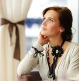 tänkande kvinna för brunett Royaltyfri Foto