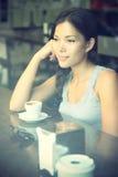tänkande kvinna för cafe Royaltyfri Bild