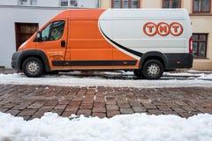 TNT在一条部分积雪的街道上的快递搬运车 免版税库存照片