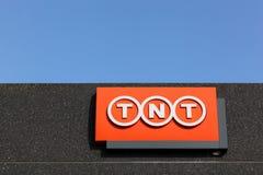TNT-logotecken på en fasad Royaltyfria Foton