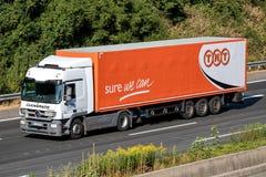 TNT-vrachtwagen op autosnelweg Stock Afbeeldingen