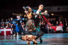 Tänzer, die Standardtanz tanzen Stockbilder