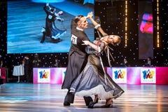 Tänzer, die Standardtanz tanzen Stockfotos