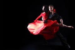 Tänzer gegen schwarzen Hintergrund Stockfotografie