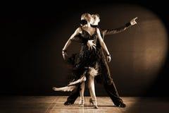 Tänzer im Ballsaal lokalisiert auf Schwarzem Stockbild