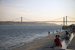 25to de April Bridge en la puesta del sol en Lisboa, Portugal Imágenes de archivo libres de regalías
