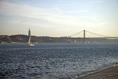 25to de April Bridge en la puesta del sol en Lisboa, Portugal Foto de archivo libre de regalías