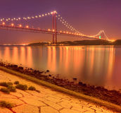 25to de April Bridge en Lisboa en la noche Imagenes de archivo