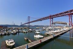 25to de April Bridge y del puerto deportivo en Lisboa Imagen de archivo