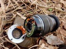 6to de febrero de 2017 Mi Olympus 12-40 F2 la lente 8 con la cámara cae abajo del puente a las piedras en el río Foto de archivo