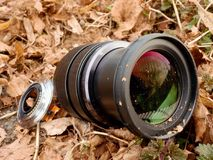 6to de febrero de 2017 Mi Olympus 12-40 F2 la lente 8 con la cámara cae abajo del puente a las piedras en el río Foto de archivo libre de regalías
