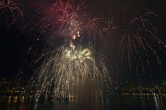 4to de la exhibición Portland Oregon 2013 de los fuegos artificiales de julio Imagenes de archivo