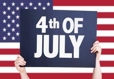 4to de la tarjeta de julio con la bandera americana en fondo Fotos de archivo