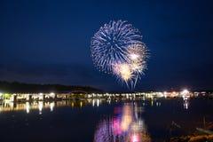 4to de los fuegos artificiales de julio en el lago Foto de archivo libre de regalías