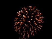 4to de los fuegos artificiales de julio en una noche de verano caliente Imágenes de archivo libres de regalías
