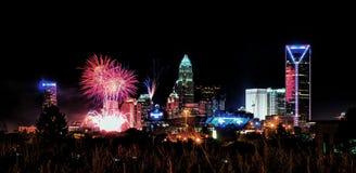4to del skyshow Charlotte nc de los fuegos artificiales de julio Imágenes de archivo libres de regalías