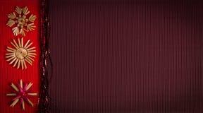 Tło dla Bożenarodzeniowej powitanie karty wakacyjnej słomianej dekoraci, czerwieni i claret textured papieru, Zdjęcie Royalty Free