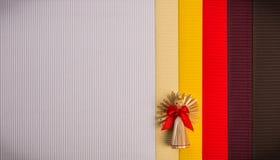 Tło dla Bożenarodzeniowej powitanie karty wakacyjnej słomianej dekoraci, czerwieni i claret textured papieru, Obrazy Stock