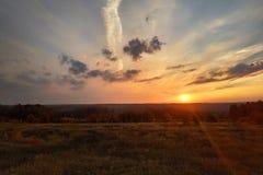 To jest jak słońce ustawia w polu w opóźnionej jesieni rok obrazy royalty free
