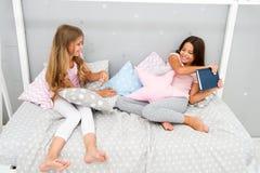 To jest mój książka Żądny dzieciaka pojęcie Siostr powiązań zagadnienia Części książka z przyjacielem Dzieci w sypialni chcą czyt zdjęcia stock