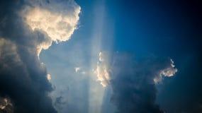 To jest obrazek niebieskie niebo z słońce promieniami zdjęcie royalty free