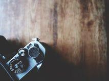 To jest rocznika kamera na drewnianym stole, żaluzja guzik, miękka tona zdjęcia stock