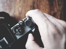 To jest rocznika kamera na drewnianym stole, żaluzja guzik, miękka tona obraz royalty free