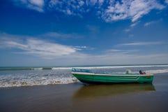 TO SAMO EKWADOR, MAJ, - 06 2016: Łódź rybacka na plaży w piasku w pięknym dniu wewnątrz z pogodną pogodą w błękicie Obrazy Stock