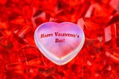 to walentynki dni Biały szklany serce kłama na czerwonych rubinowych kryształach na w górę mnie wpisowy szczęśliwy walentynka dzi obraz stock