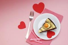 to walentynki dni Plasterek Czekoladowy tort z rewolucjonistka papieru sercami i rozwidlenie z Różową pieluchą na Różowym tle zdjęcie royalty free