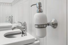 Toaleta i szczegół narożnikowy prysznic bidet z aptekarkami na ściennej górze mydła i szamponu brać prysznić doczepianie obraz stock