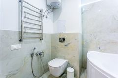 Toaleta i szczegół narożnikowy prysznic bidet z aptekarkami na ściennej górze mydła i szamponu brać prysznić doczepianie zdjęcie royalty free
