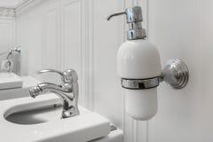 Toaleta i szczegół narożnikowy prysznic bidet z aptekarkami na ściennej górze mydła i szamponu brać prysznić doczepianie zdjęcie stock