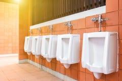 Toaleta mężczyzna Płytki izolują w toalecie mężczyzna z wiele pisuar Obrazy Stock