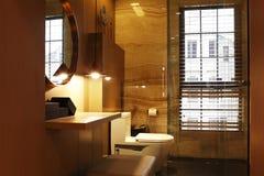 Toaleta w ciepłym kolorze daje priorytetowi brzmienie i dresser obraz royalty free
