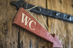 Toaleta znak przy drewnianym drzwi Fotografia Royalty Free