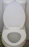 Toalete branco da bacia de toalete em público restroom fotos de stock
