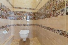 Toalete com toalete Fotografia de Stock Royalty Free