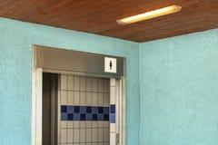 Toalete das mulheres perto da piscina, entrada com toalete das senhoras mim fotografia de stock