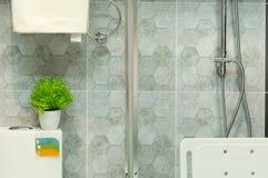 Toalete e banheiro com acessórios Fotos de Stock