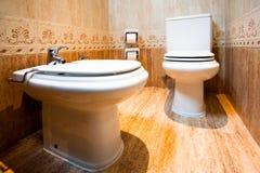 Toalete e bidet no banheiro moderno do hotel foto de stock