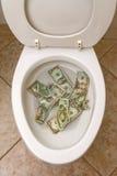 Toalete e dinheiro Fotografia de Stock Royalty Free
