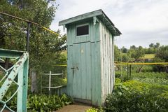 Toalete exterior rural de madeira velho rústico Foto de Stock Royalty Free